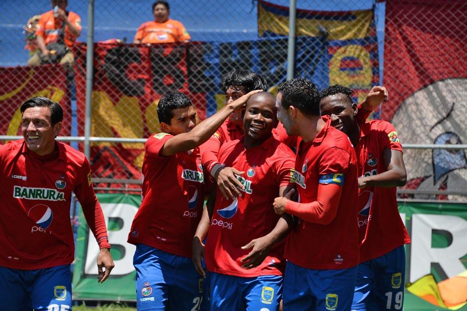 Los rojos festejan el gol de Darwin Oliva que abrió el marcador ante Marquense. (Foto: Johan Ordoñez/Nuestro Diario)