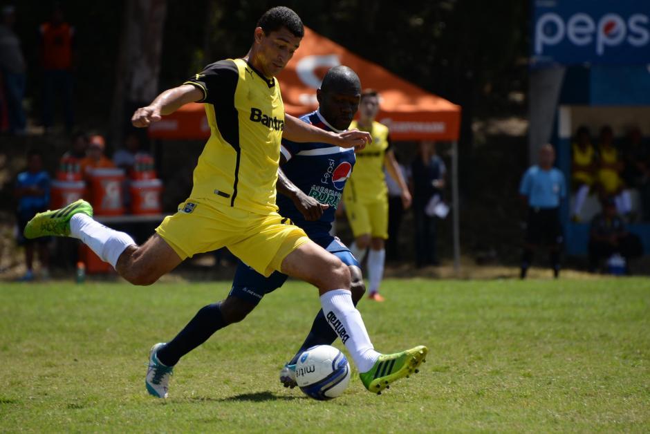 La USAC aprovechó el partido de local para afianzar el liderato del Clausura 2014. (Foto: Johan Ordoñez/Nuestro Diario)