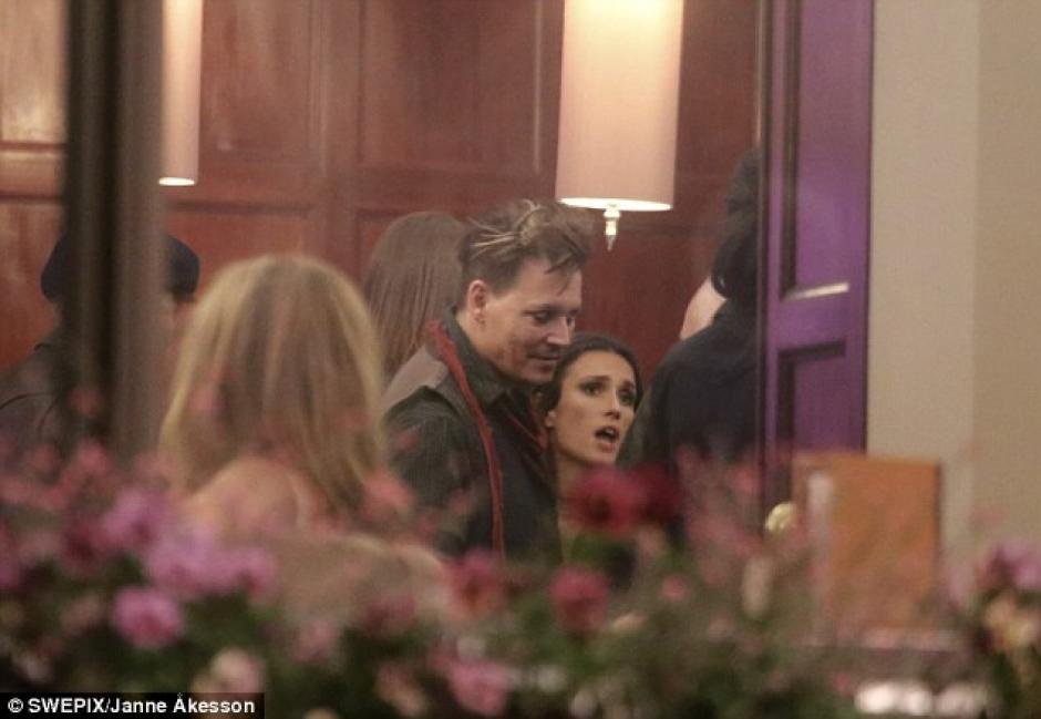 Una chica de pelo oscuro paseaba con el actor en un hotel. (foto: Swepix/Janne Akesson)