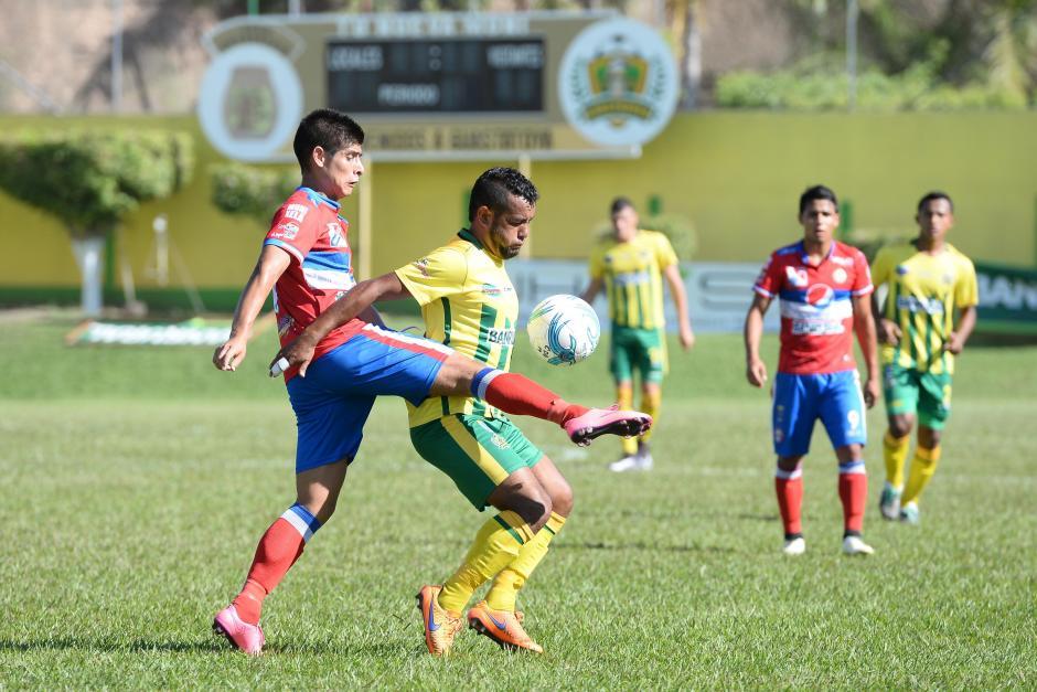 Néstor Jucup y Víctor Solalinde pelean un balón en el medio campo.  (Foto: Nuestro Diario)