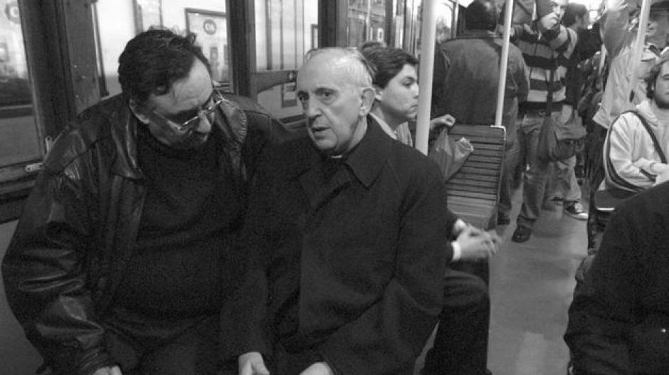 La actividad de Bergoglio fue intensa como sacerdote y profesor de teología. Fue nombrado Arzobispo en 1998 y Cardenal en 2005.
