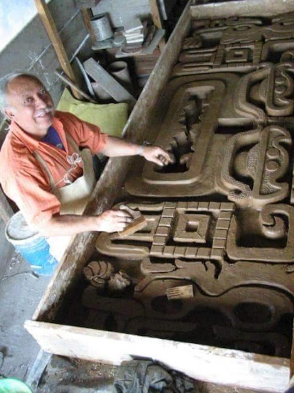 Jorge Mario recinos es el escultor del edificio. (Foto: B'aljlam kan Nah)