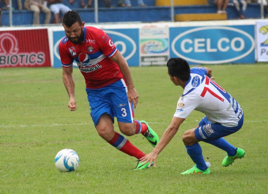 Hamilton López conduce el balón en una de las acciones del clásico Suroccidental.  (Foto: Nuestro Diario)