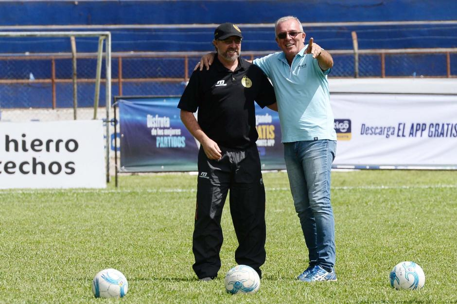 Técnicos uruguayos se vieron las caras. Por un lado Gustavo Machaín y por el otro Ariel Senna.