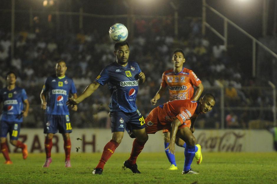 Carlos Ruiz comandó el ataque de Municipal en Mazatenango. Los rojos jugaron mejor, pero les faltó contundencia. (Foto: Nuestro Diario)