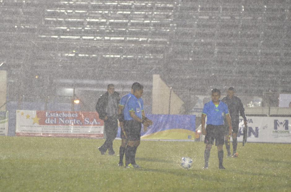 La lluvia afectó la gramilla del José Ángel Rossi; el partido tuvo que ser suspendido. (Foto: Nuestro Diario)