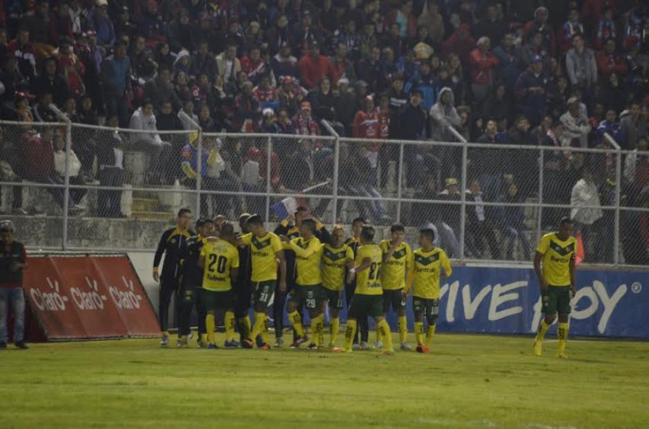 Petapa fue una de las sorpresas de la jornada al derrotar 2-0 a Xelajú M. C. en Quetzaltenango. (Foto: Nuestro Diario)