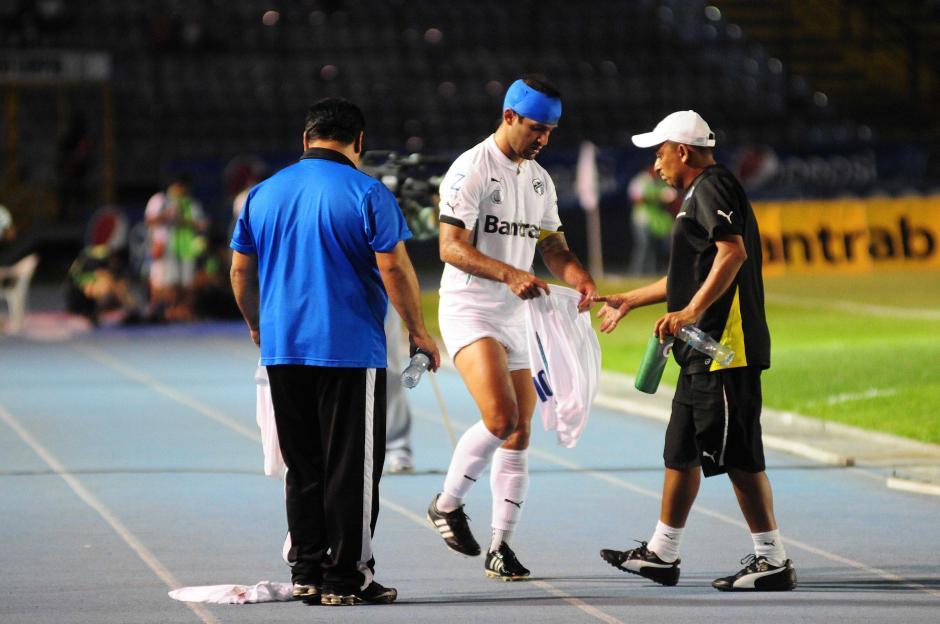 Contreras tuvo que cambiarse por completo en el uniforme por la sangre. (Foto: Orlando Chile/Nuestro Diario)