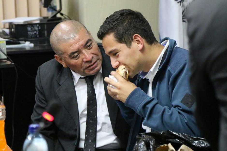Al hijo de Jimmy Morales le fue llevada una hamburguesa para cenar. (Foto: Alejandro Balán/Soy502)