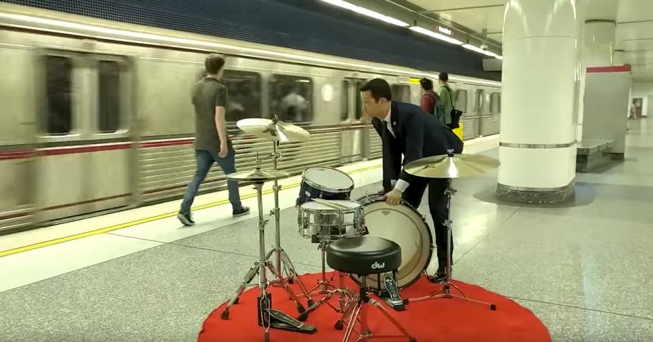 El actor Joseph Gordon Levitt sorprende en una estación del metro. (Captura de pantalla: Joseph Gordon-Levitt/Facebook)