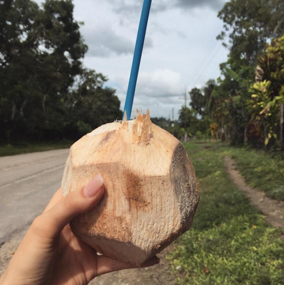 """Josephine aprovechó para apagar su sed con una refrescante """"aguita de coco"""". (Foto: Josephine Ochoa)"""