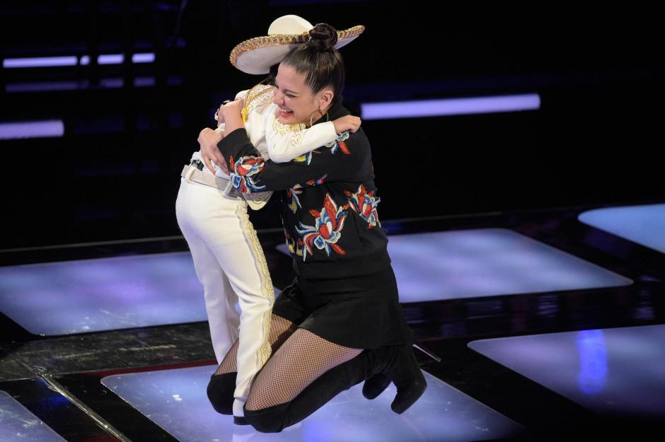 Natalia Jiménez abraza a Jossue para darle la bienvenida a su equipo. (Foto: Telemundo)