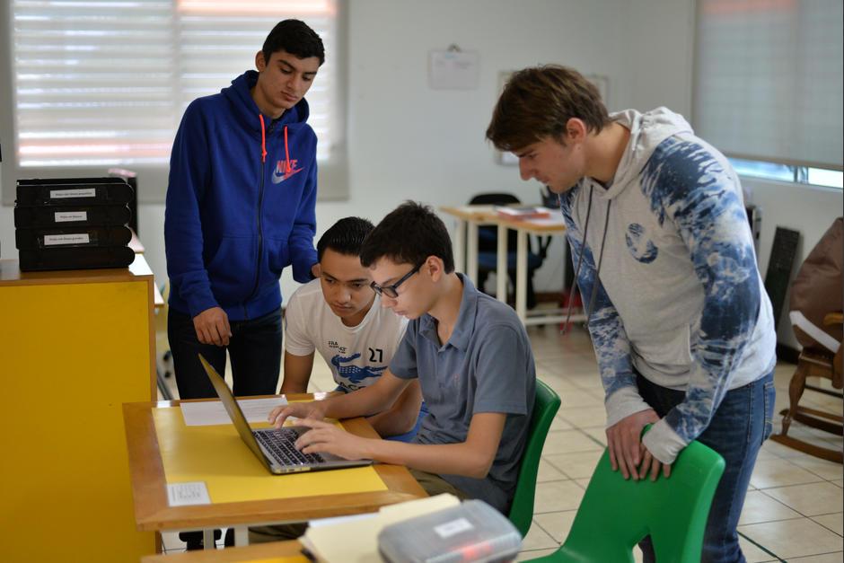 Los tres jóvenes actualmente realizan prácticas en Carpintería Febles. (Foto: Wilder López/Soy502)