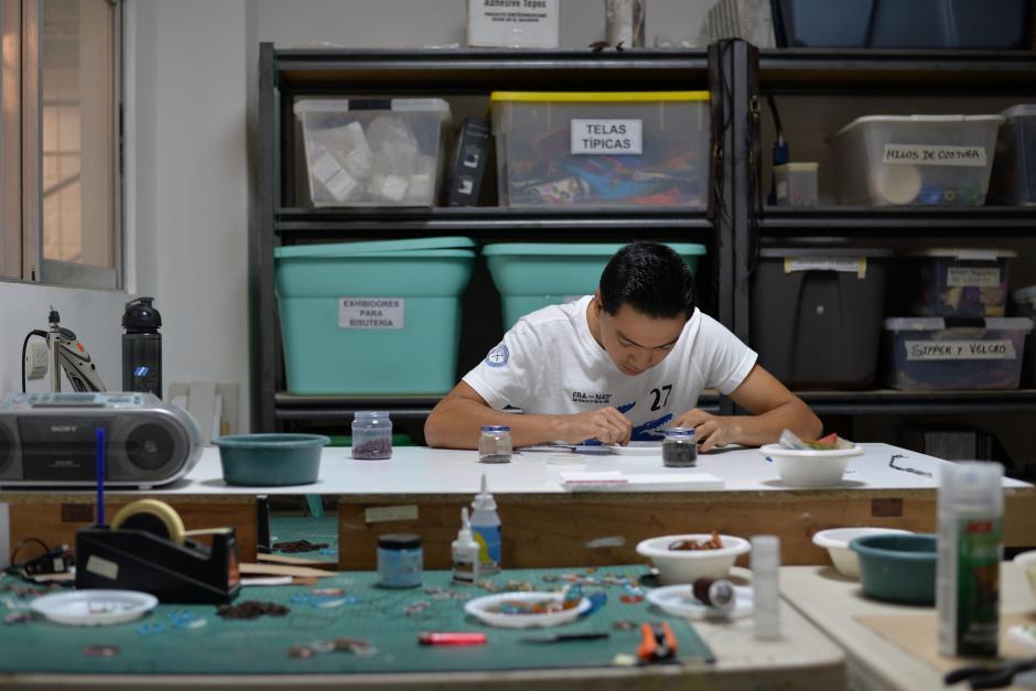 Héctor Santamarina se encuentra actualmente realizando bisutería. (Foto: Wilder López/Soy502)