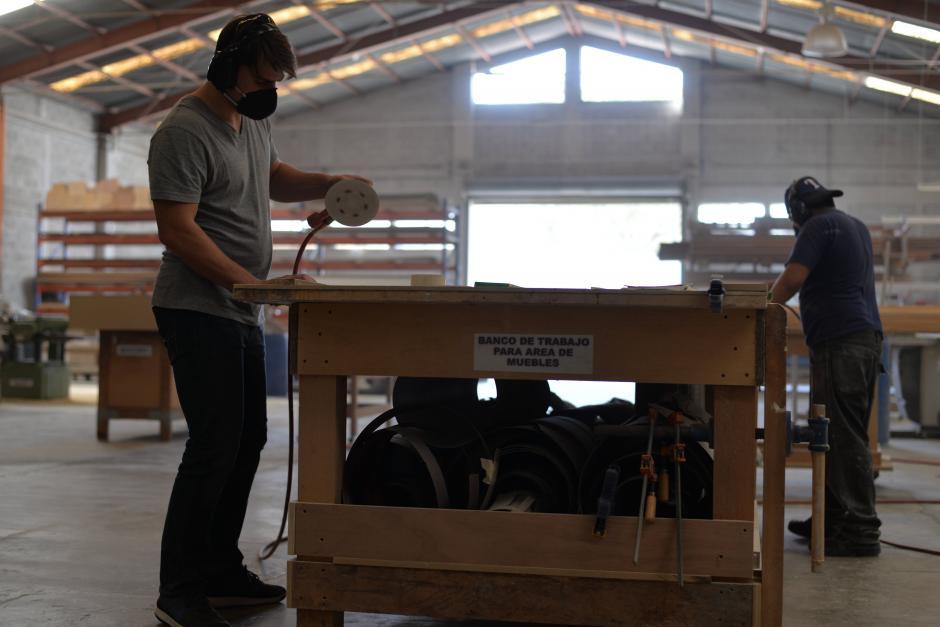 Gabriel Ubilla se encarga de lijar algunos trozos de madera. (Foto: Wilder López/Soy502)