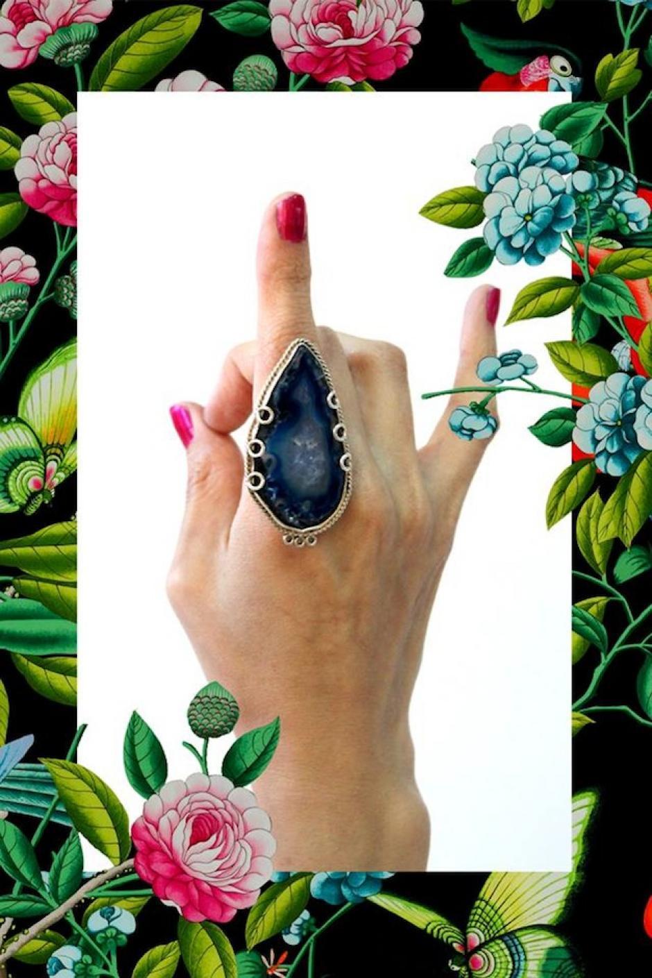 """El anillo """"Inmensa marea"""" evoca al agua, está compuesto de plata y ágata azul. (Foto: Escarlata oficial)"""