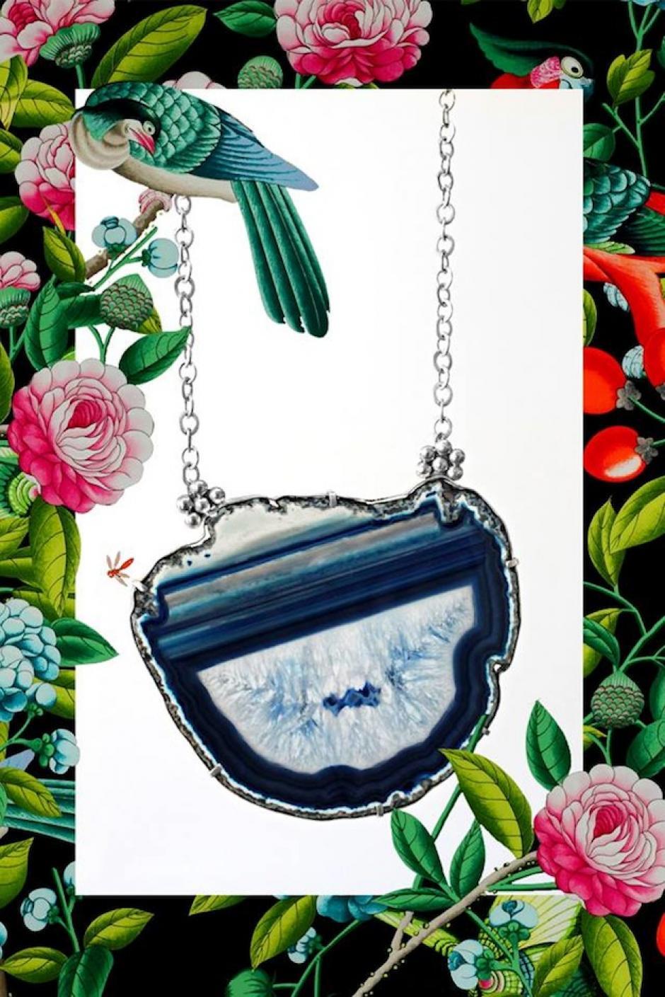 """""""La sinrazón"""" es un medallón de ágata azul enmarcado en una base de plata con cadena de aluminio. (Foto: Escarlata oficial)"""
