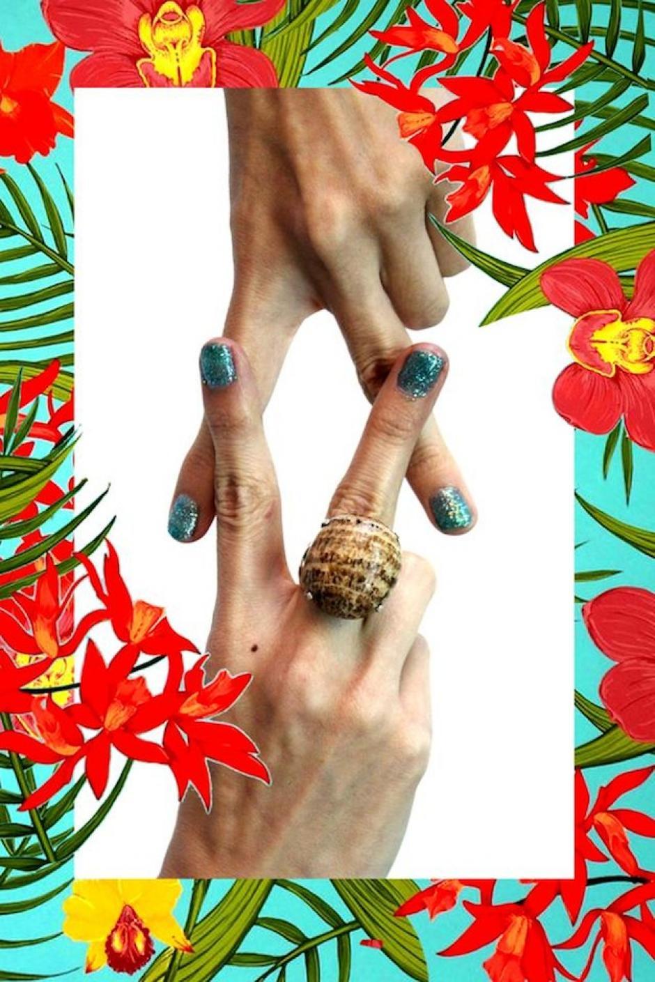 """""""Auxocromo=Cromoforo"""" es un anillo de Aragonita Calcita Bandeada en base con labrado de plata. (Foto: Escarlata oficial)"""