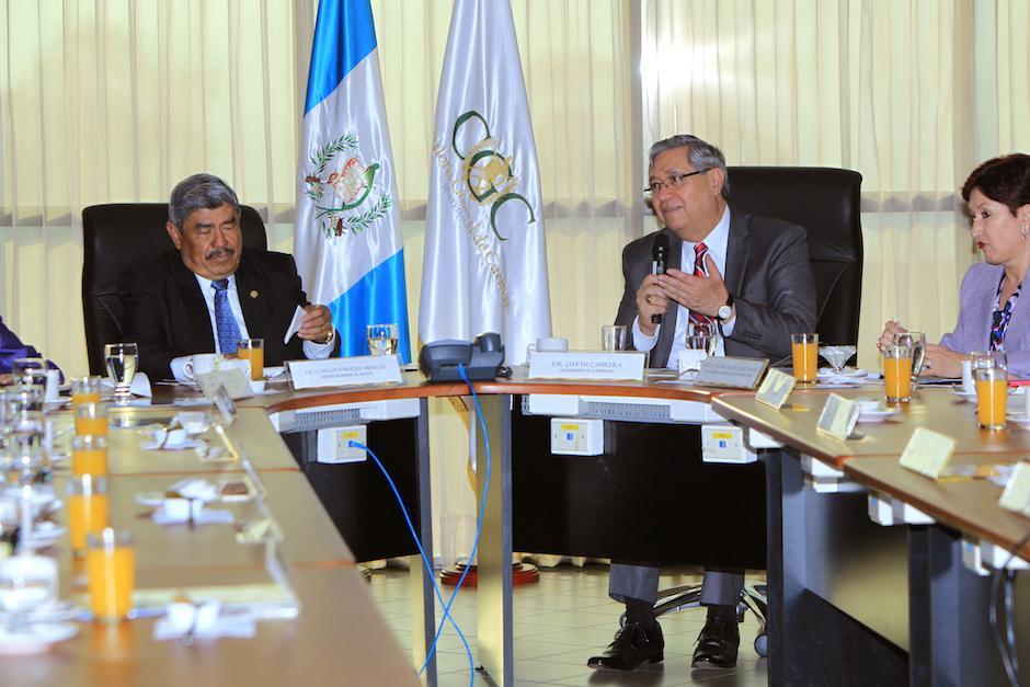 """En conferencia de prensa, Mencos reconoce que """"a manera de ensayo"""" van a implementar de manera prioritaria la subasta inversa en el sector de salud. (Foto: Presidencia)"""