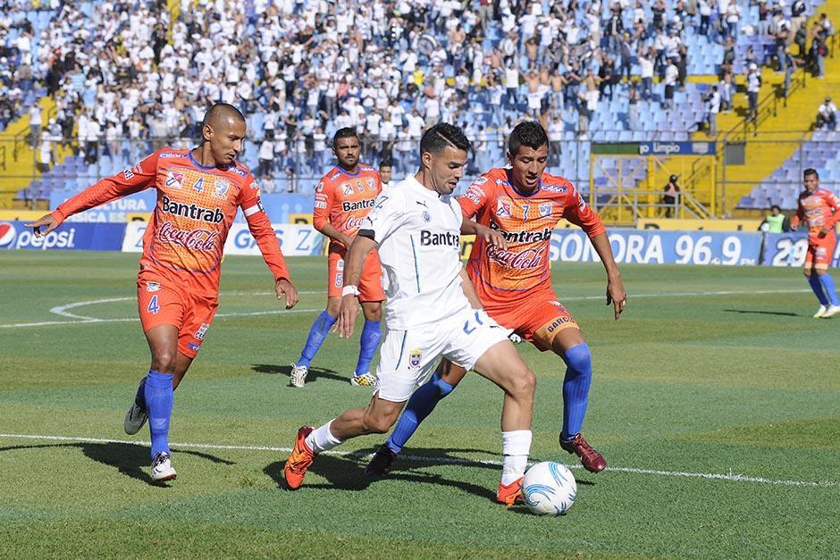 El futbolista de Nicaragua, Juan Barrera, debutó con la camisola de Comunicaciones (27), tuvo algunos destellos en la creación de juego, pero no terminó de marcar diferencia en la ofensiva de los albos.(Foto: Nuestro Diario)