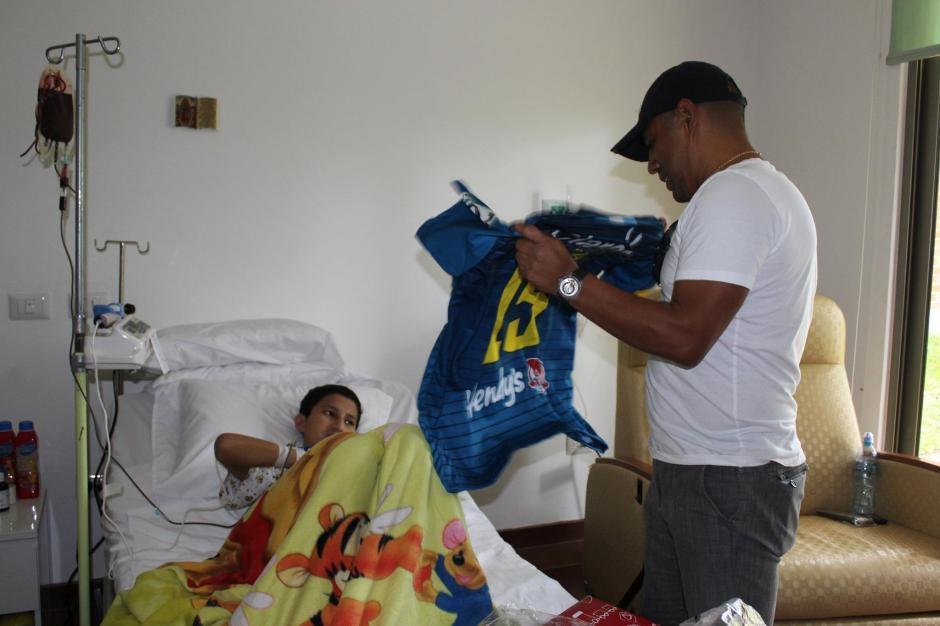 Plata no dudó en contribuir a la causa y llegó a visitar a Bryan, que lucha día a día contra la leucemia.(Foto: Fundación Erick Quiroa, Alas por un sueño)