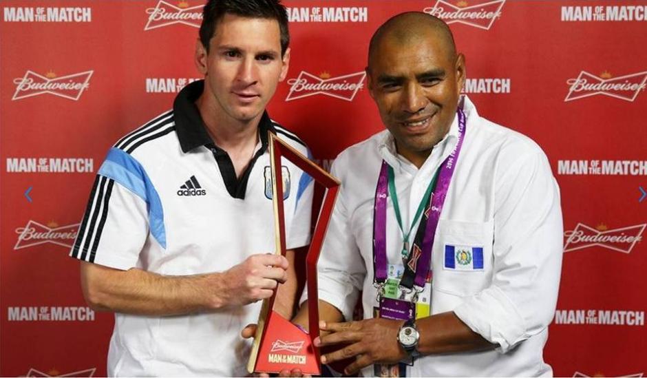 Juan Carlos Plata entregó el premio al mejor jugador del partido a Leonel Messi en el mundial Brasil 2014. (Foto: Nuestro Diario)