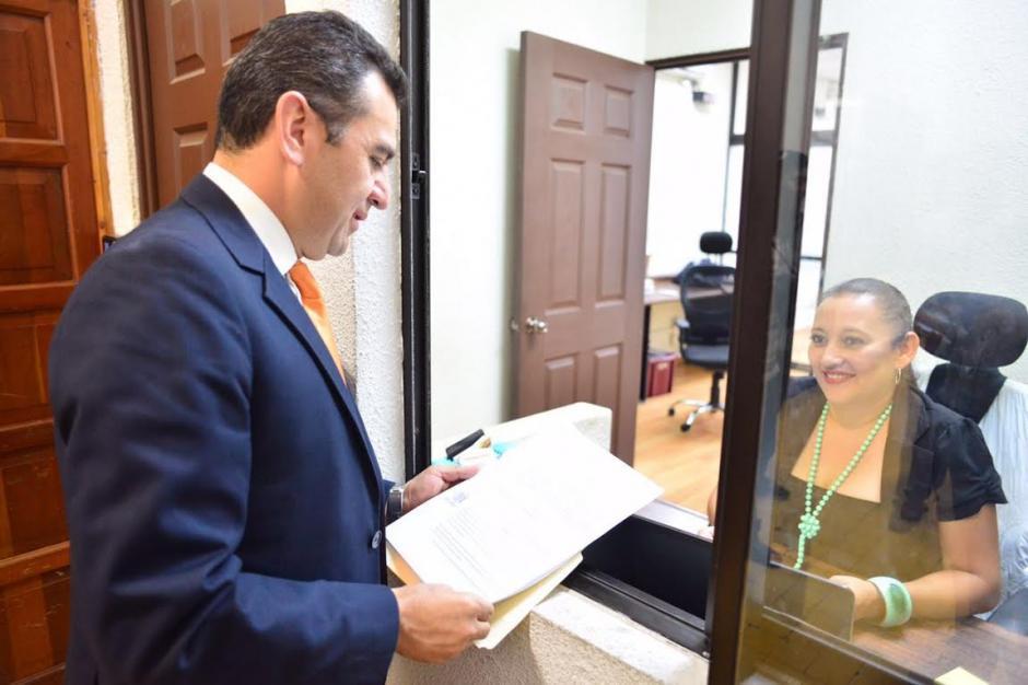 Juan Carlos Ríos, secretario de la Fedefutbol entregó documento ante el Tribunal de Honor de CDAG. (Foto: Jesús Alfonso/Soy502)