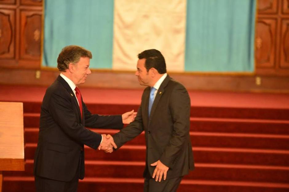 Así fue el saludo oficial de ambos mandatarios. (Foto: Jesús Alfonso/Soy502)