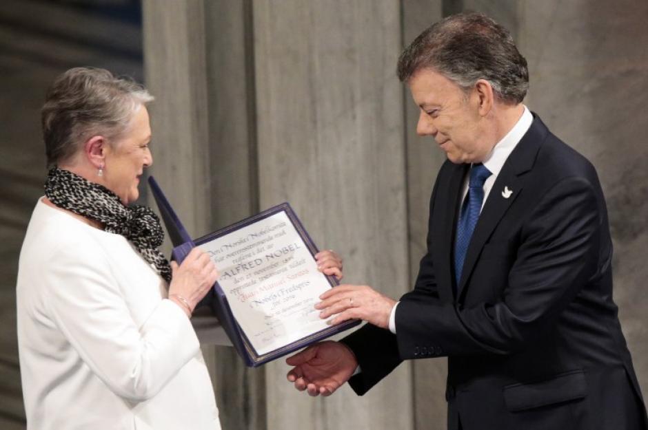 El presidente de Colombia, Juan Manuel Santos, recibe el premio Nobel de la Paz. (Foto: AFP)