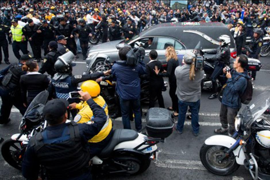 La urna llegó al teatro más importante del país en una carroza particular y rodeada de patrullas de la policía. (Foto: AFP)