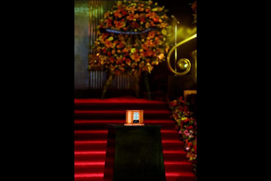 La urna cuadrada color rojizo fue colocada sobre un pedestal negro instalado en el lobby de Bellas Artes. (Foto: AFP)
