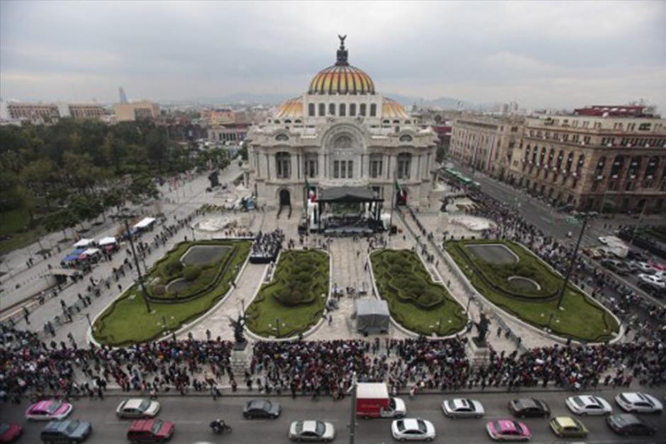 El Palacio de Bellas Artes, mantendrá sus puertas abiertas esta noche para que sus admiradores puedan despedirse de él. (Foto: AFP)