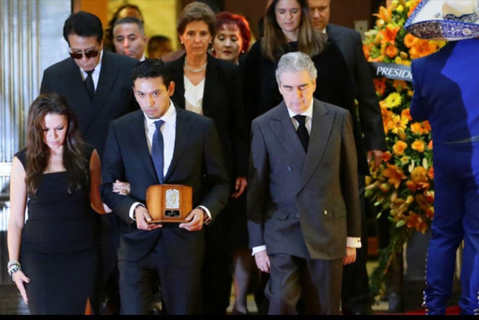 La secretaría de Cultura espera que sean unos 700 mil los que desfilen frente a los restos para dar el último adiós al artista. (Foto: EFE)