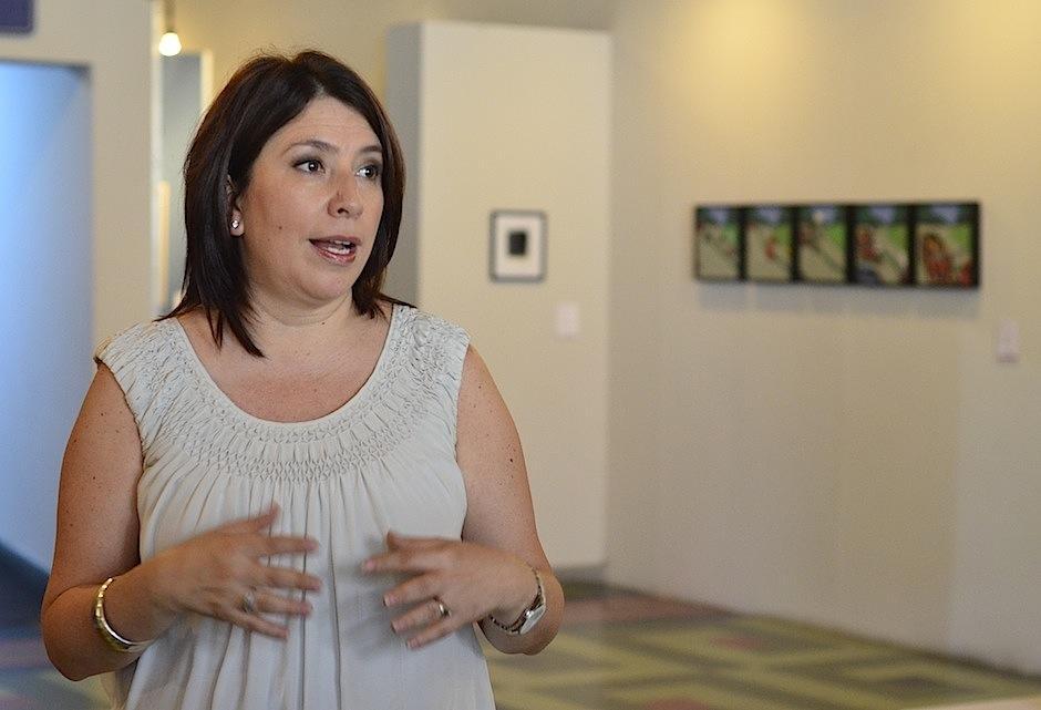 Silvia de Tres habla acerca de las más de 150 obras de Juannio. (Foto: Selene Mejía/Soy502)