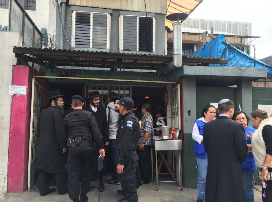 Los judíos trataban de conversar con los fiscales, policías y delegados de PDH y PGN para decir que no cometían ningún abuso. (Foto: Evelyn de León/Soy502)