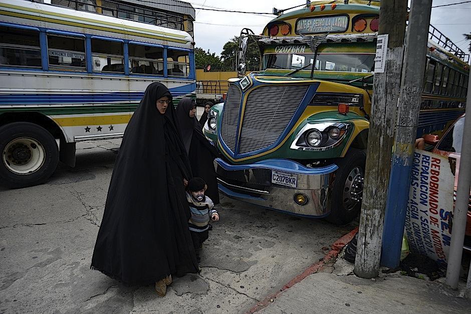 Mujeres de la comunidad Lev Tahor llegan a la ciudad de Guatemala, luego de ser expulsadas de San Juan La Laguna, en Sololá. (Foto: Deccio Serrano/Soy502).