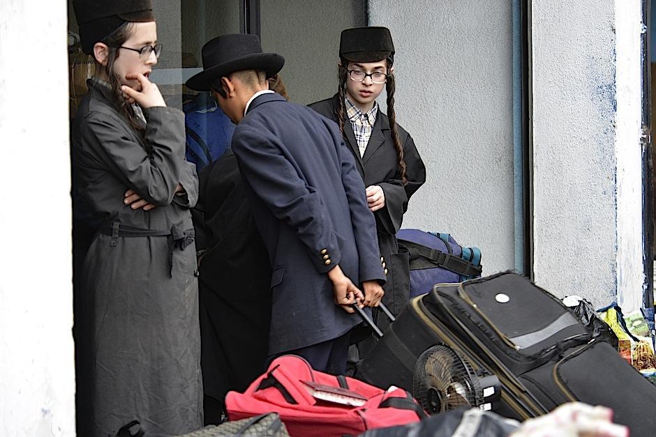 La comunidad trasladó sus pertenencias: maletas, colchones, cajas de enseres. (Foto: Deccio Serrano/Soy502)