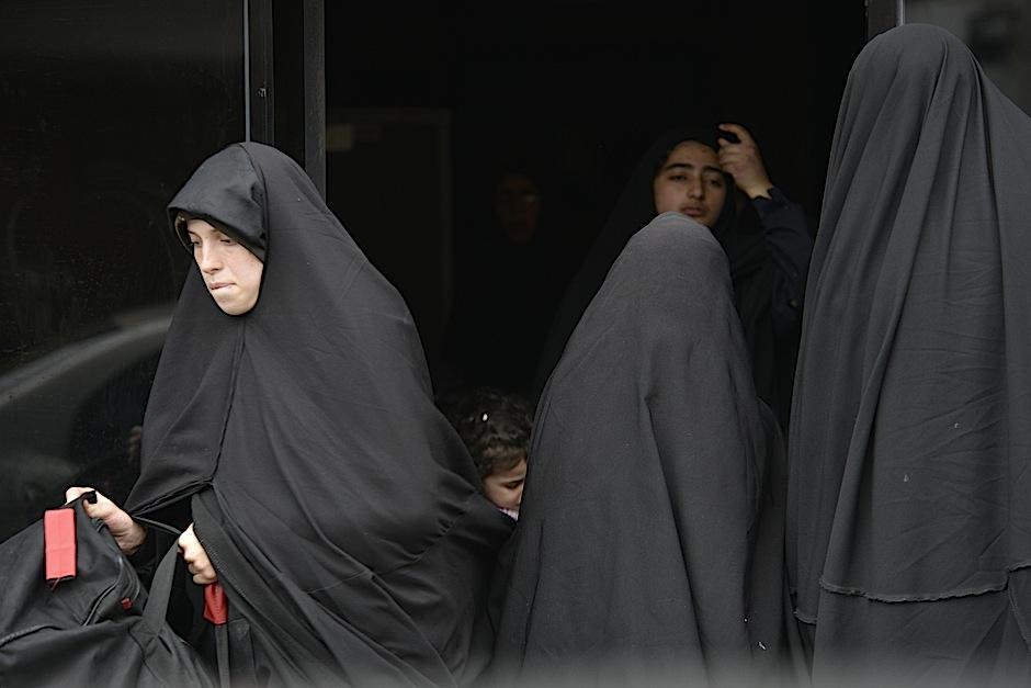 Las mujeres de la comunidad Lev Tahor visten completamente de negro. Esta fue una de las características que perturbó a los vecinos de San Juan La Laguna. (Foto: Deccio Serrano/Soy502).