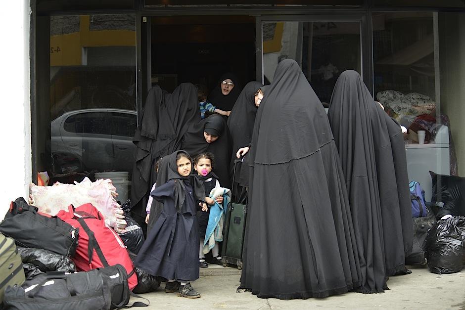 La indumentaria de las mujeres de la comunidad Lev Tahor las cubre por completo. (Foto: Deccio Serrano/Soy502).
