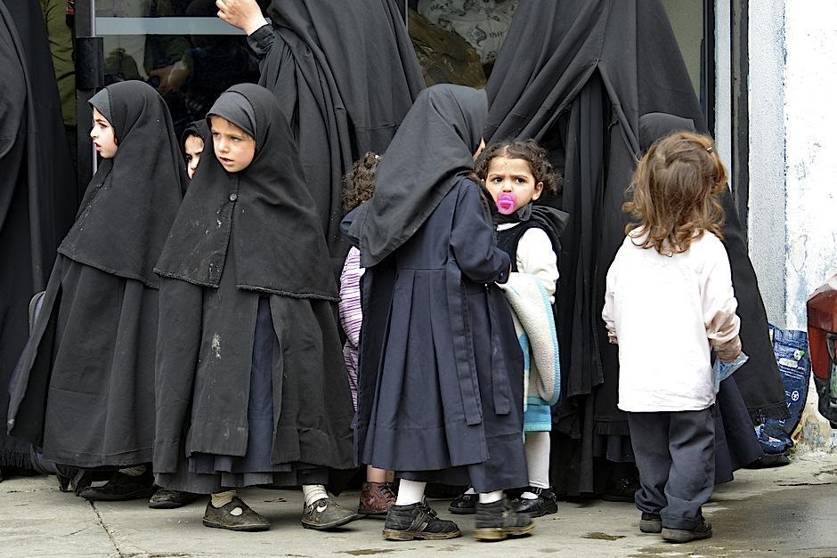 Ya desde pequeñas las niñas usan la indumentaria negra de las mujeres de Lev Tahor. (Foto: Deccio Serrano/S0y502)