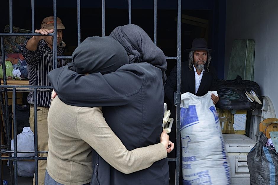 Mujeres de la comunidad de Lev Tahor se abrazan frente al refugio de Migración. No es fácil buscar un nuevo hogar. (Foto: Deccio Serrano/Soy502).