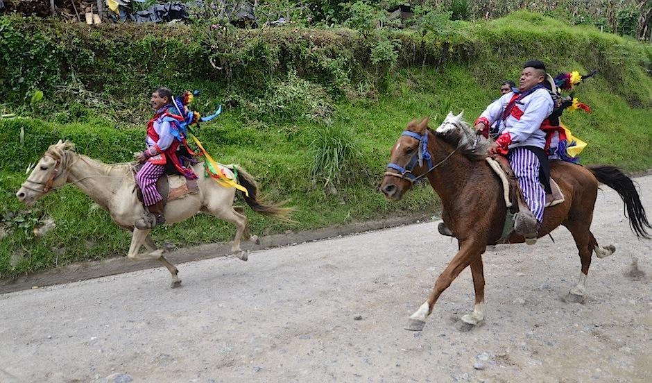 """Los locales más valientes arriesgan su vida en el """"Juego de gallos"""". (Foto: Selene Mejía/Soy502)"""