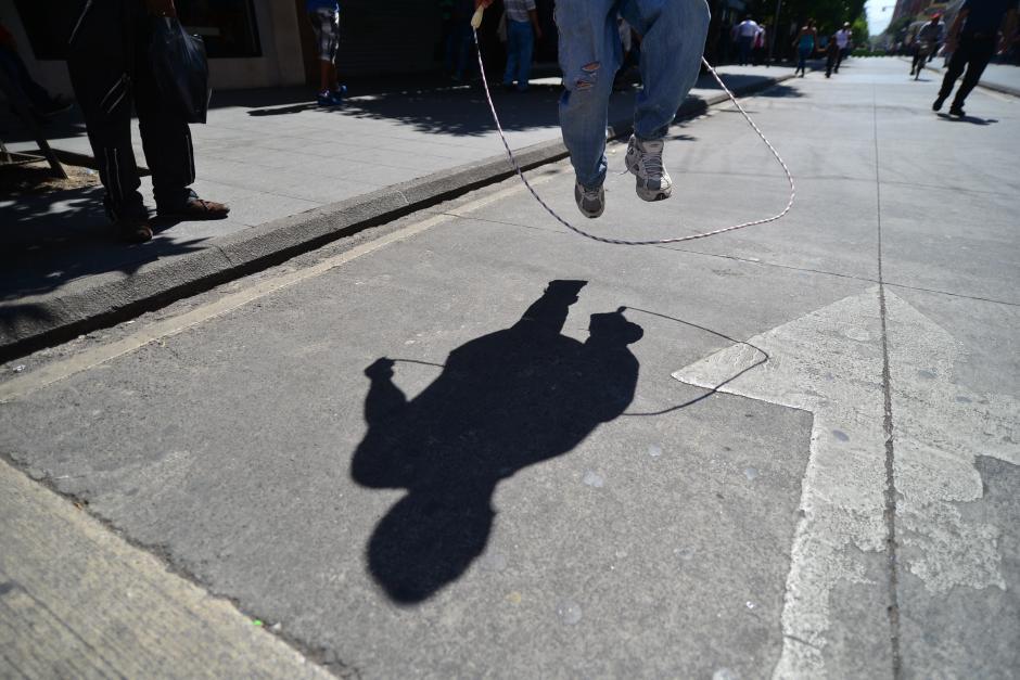 Saltar la cuerda: uno o más practicantes saltan sobre una cuerda, que se hace girar de modo que pase debajo de los pies y sobre la cabeza. (Foto: Wilder López/Soy502)