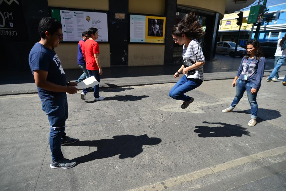 Liga: consiste en realizar una serie de saltos rítmicos sobre una cuerda elástica, unida con un nudo de los extremos. (Foto: Wilder López/Soy502)
