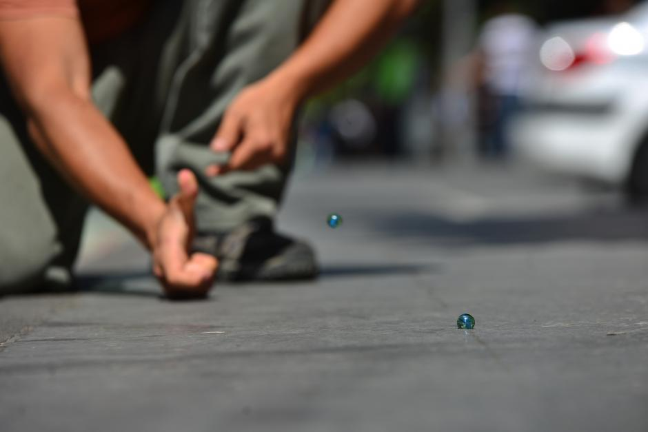 Cincos: para jugar es preferible una superficie de tierra, debido a que el pavimento impide realizar los agujeros; además que las canicas rebotan mucho. (Foto: Wilder López/Soy502)