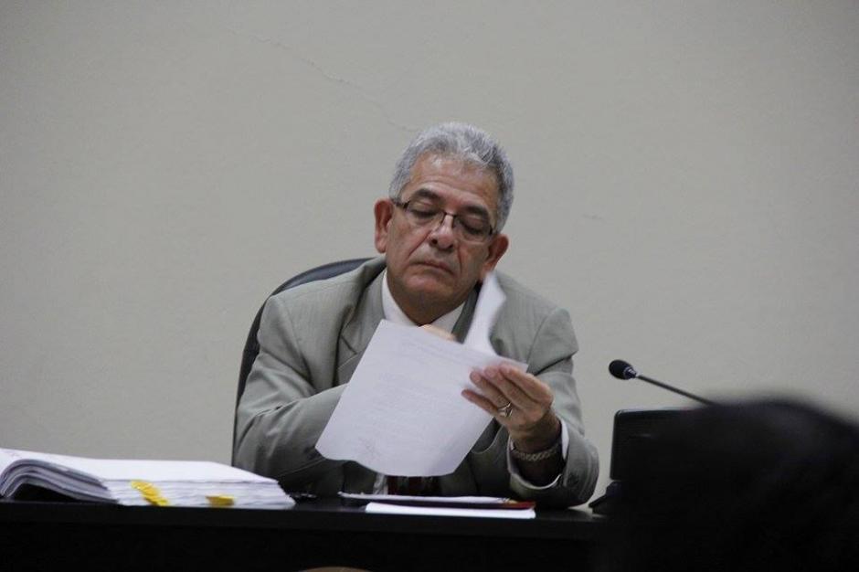 El juez Miguel Ángel Gálvez lee los documentos que le presentan los abogados de Baldetti. (Foto: Jorge Sente/Soy502)
