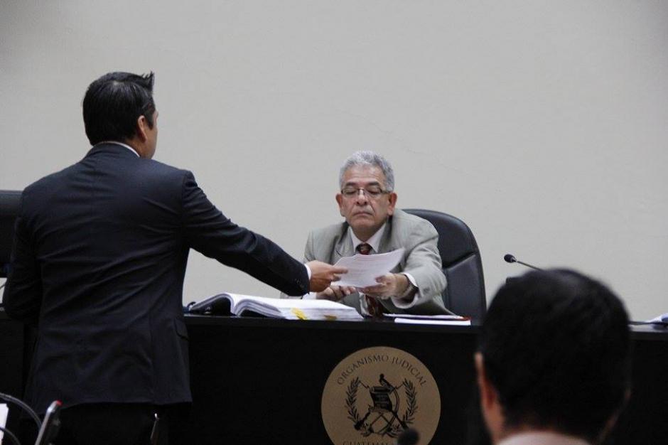 El abogado de Roxana Baldetti, Mario Cano, presenta en el juzgado un informe para que su patrocinada sea llevada a un centro asistencial. (Foto: Jorge Sente/Soy502)