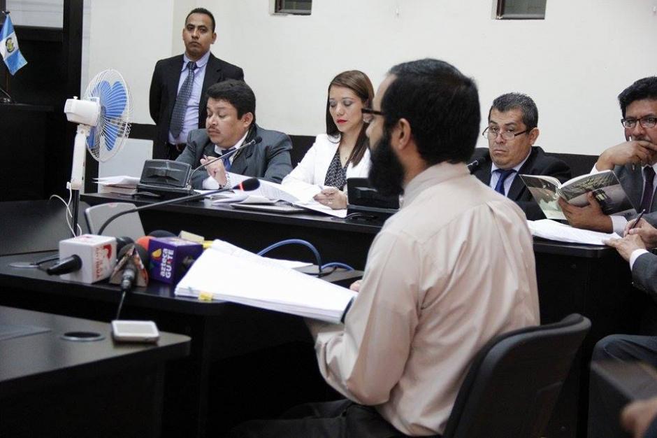 El médico del Inacif, Javier García, rinde informe sobre salud de Baldetti. (Foto: Jorge Sente/Soy502)