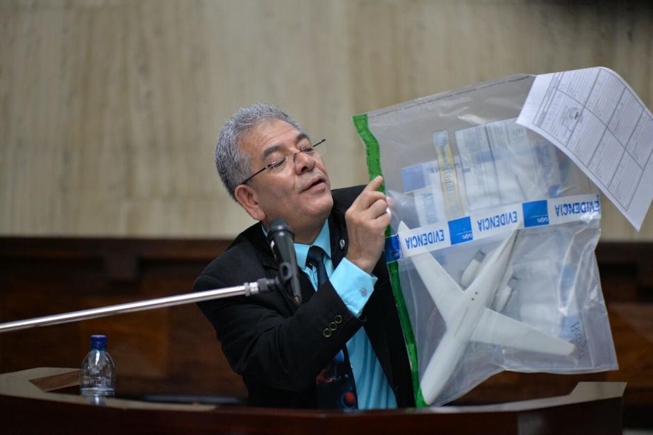 """El juez Miguel Ángel Gálvez mostró una réplica de la famosa """"balita"""" uno de los aviones de Pérez Molina. (Foto: Soy502)"""