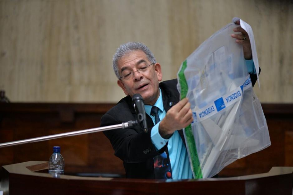 """El Juez Miguel Ángel Gálvez muestra la réplica de """"La Balita"""". (Foto: Wilder López/Soy502)"""